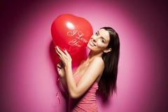 Όμορφη εύθυμη γυναίκα με το μπαλόνι ημέρας βαλεντίνων Στοκ Φωτογραφίες