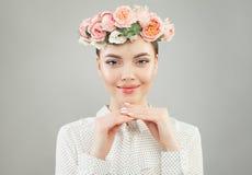 Όμορφη εύθυμη γυναίκα στο άσπρο πορτρέτο πουκάμισων στοκ φωτογραφία με δικαίωμα ελεύθερης χρήσης