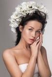 Όμορφη ελκυστική αισθησιακή νέα γυναίκα που εξετάζει τη κάμερα Στοκ Φωτογραφίες
