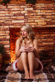 Όμορφη ελκυστική γυναίκα στα ενδύματα Άγιου Βασίλη Στοκ Εικόνα