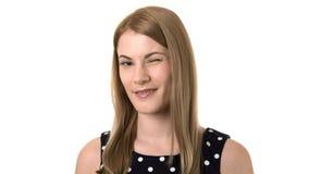 Όμορφη ελκυστική νέα γυναίκα που χαμογελά στη κάμερα Απομονωμένη άσπρη ανασκόπηση Κλείσιμο του ματιού στη κάμερα απόθεμα βίντεο