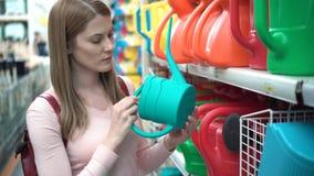 Όμορφη ελκυστική νέα γυναίκα στο κατάστημα Οικιακό τμήμα κήπων Έννοια καταναλωτισμού φιλμ μικρού μήκους