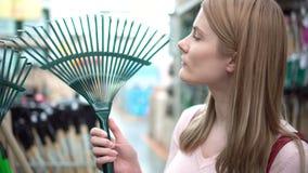 Όμορφη ελκυστική νέα γυναίκα στο κατάστημα Οικιακό τμήμα κήπων Έννοια καταναλωτισμού απόθεμα βίντεο