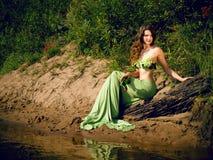 Όμορφη ελκυστική σαγηνευτική ξένοιαστη γοργόνα κοριτσιών brunette στοκ εικόνα