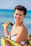 Όμορφη ζωηρή γυναίκα στην παραλία στοκ εικόνα με δικαίωμα ελεύθερης χρήσης