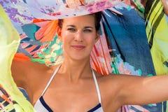 Όμορφη ζωηρή γυναίκα στην παραλία στοκ φωτογραφίες με δικαίωμα ελεύθερης χρήσης
