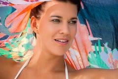 Όμορφη ζωηρή γυναίκα στην παραλία στοκ φωτογραφία