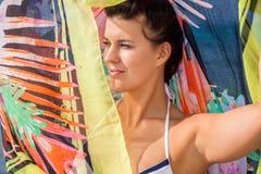 Όμορφη ζωηρή γυναίκα στην παραλία στοκ φωτογραφία με δικαίωμα ελεύθερης χρήσης