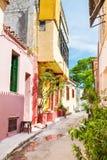 Όμορφη ζωηρόχρωμη οδός στην Αθήνα, Ελλάδα Στοκ Φωτογραφίες