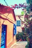 Όμορφη ζωηρόχρωμη οδός στην Αθήνα, Ελλάδα Στοκ Εικόνες