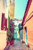 Όμορφη ζωηρόχρωμη οδός στην Αθήνα, Ελλάδα Στοκ εικόνα με δικαίωμα ελεύθερης χρήσης