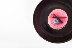 Όμορφη ζύμη, μικρό ζωηρόχρωμο γλυκό κέικ στο μαύρο καθορισμένο πιάτο Στοκ Εικόνες