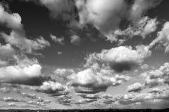 Όμορφη ηλιόλουστη ημέρα με το σύνολο ουρανού των σύννεφων στοκ εικόνα