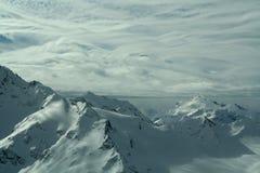 Όμορφη ηλιόλουστη ημέρα στα χιονώδη βουνά στοκ εικόνες