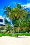Όμορφη ηλιόλουστη ημέρα στην παραλία και τα σύγχρονα διαμερίσματα, Punta Cana Στοκ εικόνα με δικαίωμα ελεύθερης χρήσης