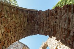 Όμορφη ηλιόλουστη ημέρα στις καταστροφές της παλαιάς πόλης επάνω από Samobora Κροατία στοκ εικόνα