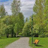 Όμορφη ημέρα άνοιξη στο πάρκο κατοικιών Στοκ φωτογραφία με δικαίωμα ελεύθερης χρήσης