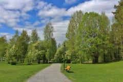 Όμορφη ημέρα άνοιξη στο πάρκο κατοικιών Στοκ φωτογραφίες με δικαίωμα ελεύθερης χρήσης
