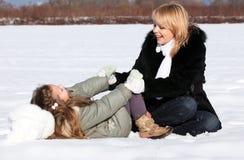 όμορφη ημέρα κορών που απολαμβάνει το χειμώνα μητέρων Στοκ φωτογραφίες με δικαίωμα ελεύθερης χρήσης
