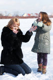 όμορφη ημέρα κορών που απολαμβάνει το χειμώνα μητέρων Στοκ Εικόνες