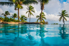 Όμορφη ημέρα πέρα από τη θάλασσα με μια άποψη στον ωκεανό σε ένα νησί Καραϊβικής των Μπαρμπάντος Στοκ Εικόνες