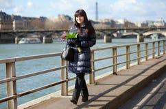 όμορφη ημέρα που απολαμβάνει τη συμπαθητική άνοιξη του Παρισιού κοριτσιών Στοκ Εικόνα