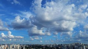Όμορφη ημέρα του ήλιου και των σύννεφων Στοκ Εικόνα