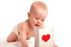 Όμορφη ημέρα του βαλεντίνου μωρών και καρτών με μια κόκκινη καρδιά Στοκ φωτογραφία με δικαίωμα ελεύθερης χρήσης