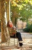 όμορφη ημέρα φθινοπώρου που απολαμβάνει τις θερμές νεολαίες γυναικών στοκ φωτογραφία