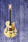 Όμορφη ηλεκτρική κιθάρα σε ένα ξύλινο υπόβαθρο Στοκ Εικόνες