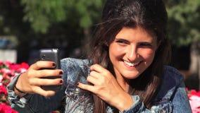 Όμορφη ηλιόλουστη ημέρα Selfie γυναικών φιλμ μικρού μήκους