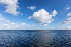 Όμορφη θάλασσα κάτω από το νεφελώδη μπλε ουρανό Στοκ εικόνα με δικαίωμα ελεύθερης χρήσης