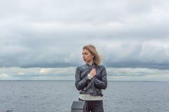 όμορφη θάλασσα κοριτσιών &alp Στοκ εικόνες με δικαίωμα ελεύθερης χρήσης