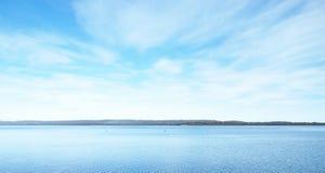 Όμορφη θάλασσα - επίπεδο με το μπλε ουρανό φαντασίας Στοκ Φωτογραφία