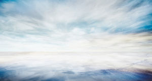 Όμορφη θάλασσα - επίπεδο με το μπλε ουρανό φαντασίας Στοκ Εικόνα