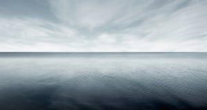 Όμορφη θάλασσα - επίπεδο με το σκοτεινό ουρανό φαντασίας Στοκ Εικόνα