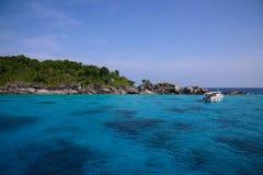 Όμορφη θάλασσα και τροπικό νησί με το κρύσταλλο - καθαρίστε το νερό Στοκ Φωτογραφία