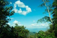 Όμορφη θέα βουνού τοπίων με το πράσινο δάσος, μπλε ουρανός και νεφελώδης Το καλό ταξίδι για χαλαρώνει, η έλξη σε βόρειο στοκ εικόνες