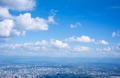 Όμορφη θέα βουνού τοπίων με το πράσινο δάσος, μπλε ουρανός και νεφελώδης στοκ εικόνες με δικαίωμα ελεύθερης χρήσης