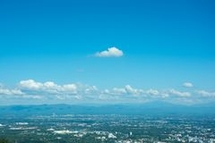 Όμορφη θέα βουνού τοπίων με το πράσινο δάσος, το μπλε ουρανό, νεφελώδεις και την πόλη Το καλό ταξίδι για χαλαρώνει, η έλξη ι στοκ εικόνες