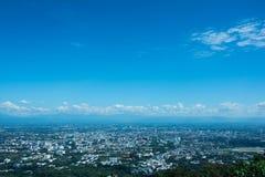 Όμορφη θέα βουνού τοπίων με το πράσινο δάσος, το μπλε ουρανό, νεφελώδεις και την πόλη Το καλό ταξίδι για χαλαρώνει, η έλξη ι στοκ φωτογραφία