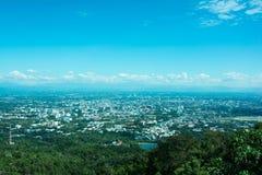Όμορφη θέα βουνού τοπίων με το πράσινο δάσος, το μπλε ουρανό, νεφελώδεις και την πόλη Το καλό ταξίδι για χαλαρώνει, η έλξη ι στοκ φωτογραφία με δικαίωμα ελεύθερης χρήσης