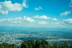 Όμορφη θέα βουνού τοπίων με το πράσινο δάσος, το μπλε ουρανό, νεφελώδεις και την πόλη στοκ εικόνες με δικαίωμα ελεύθερης χρήσης