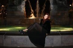 όμορφη θέτοντας γυναίκα μό&delt Στοκ Εικόνα