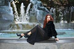 όμορφη θέτοντας γυναίκα μό&delt Στοκ εικόνες με δικαίωμα ελεύθερης χρήσης