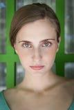 όμορφη θέτοντας γυναίκα Στοκ εικόνα με δικαίωμα ελεύθερης χρήσης