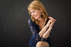 όμορφη θέτοντας γυναίκα Στοκ φωτογραφία με δικαίωμα ελεύθερης χρήσης
