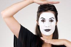 Όμορφη θεατρική απόδοση Mi γυναικών Brunette Στοκ εικόνα με δικαίωμα ελεύθερης χρήσης