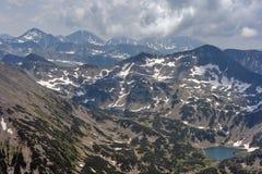 Όμορφη θερινή άποψη του βουνού νότιου Pirin, άποψη από την αιχμή Vihren Στοκ Φωτογραφία