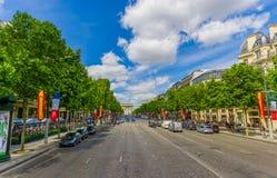 Όμορφη θερινή άποψη Champs Elysees και τόξο de Στοκ Εικόνες